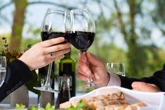 Les hommes d'affaires prennent le déjeuner dans le restaurant Photo stock