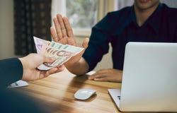 Les hommes d'affaires refusent de devenir payés avec les avantages qui le font fonctionner plus rapidement que d'autres Photos libres de droits