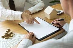 Les hommes d'affaires se contractent sur le commerce - louez une maison Maison d'assurance d'hommes d'affaires Concept d'affaires photographie stock libre de droits