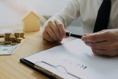 Les hommes d'affaires se contractent sur le commerce - louez une maison Insu d'hommes d'affaires images libres de droits