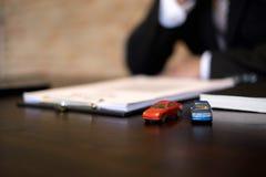 Les hommes d'affaires se contractent sur le commerce - louez une voiture Concept de voiture d'assurance d'hommes d'affaires photos stock