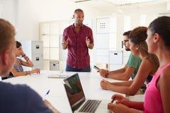 Les hommes d'affaires se réunissant dans le bureau de créent des affaires image libre de droits