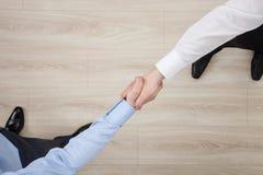 Les hommes d'affaires se serrent la main photo stock