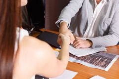 Les hommes d'affaires se serrent la main lors de la réunion Photo libre de droits