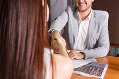 Les hommes d'affaires se serrent la main lors de la réunion Images libres de droits