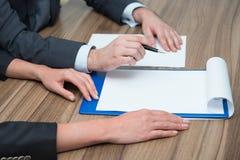 Les hommes d'affaires signe le document Photos libres de droits