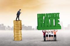 Les hommes d'affaires soulèvent un texte de taux d'emploi Images libres de droits