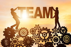 Les hommes d'affaires tenant le mot team dans le concept de travail d'équipe Image stock
