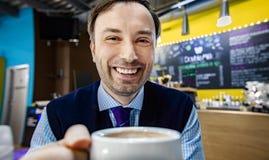 Les hommes d'affaires travaillent en café Images stock