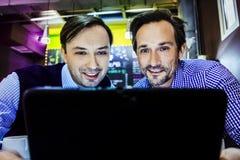 Les hommes d'affaires travaillent en café Photos stock
