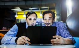 Les hommes d'affaires travaillent en café Photo libre de droits