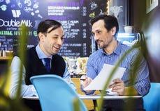 Les hommes d'affaires travaillent en café Image libre de droits