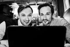 Les hommes d'affaires travaillent en café Photos libres de droits