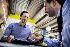 Les hommes d'affaires travaillent en café Photographie stock
