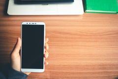 Les hommes d'affaires utilisent le téléphone pour vérifier l'industrie en ligne Photo libre de droits