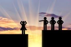 Les hommes d'icônes dirigent le doigt à une icône des femmes au-dessus de la falaise Image libre de droits