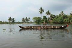 Les hommes de bateau s'engagent dans l'exploitation de sable Images libres de droits