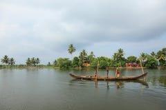 Les hommes de bateau s'engagent dans l'exploitation de sable Photo libre de droits