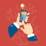 Les hommes de commerce électronique remettent tenir des achats mobiles modernes d'Internet Image libre de droits
