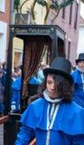 Les hommes de personnes de chant de Noël de festival de Dickens portent un chariot Image libre de droits