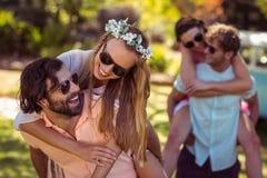 Les hommes donnant sur le dos monte aux femmes Photo libre de droits