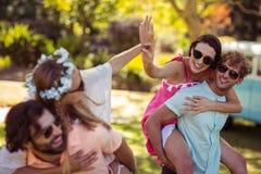 Les hommes donnant sur le dos monte aux femmes Photo stock