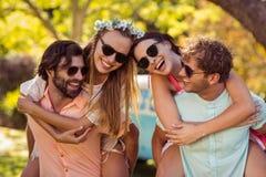 Les hommes donnant sur le dos monte aux femmes Photos stock