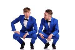Les hommes drôles se sont habillés dans la suite bleue avec différentes émotions Images libres de droits
