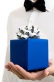 Les hommes en gros plan donne un cadeau de Noël Style officiel Photographie stock libre de droits