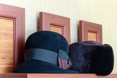 Les hommes et le chapeau des femmes est un mensonge de chapeau Photos stock