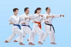 Les hommes et les femmes adultes dans le karategi ont battu le bras de poinçon Images stock