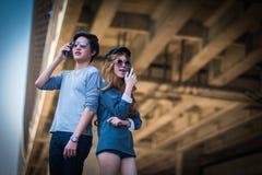 Les hommes et les femmes communiquent avec la communication par radio Photos stock