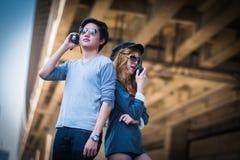 Les hommes et les femmes communiquent avec la communication par radio Images stock