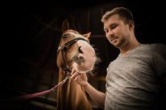 Les hommes et son cheval Images stock