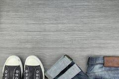 Les hommes façonnent, les équipements, les blues-jean et les chaussures occasionnels d'espadrilles Photo stock