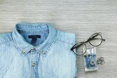 Les hommes façonnent, les équipements occasionnels, blues-jean chemise, parfum photographie stock libre de droits