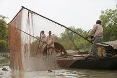 Les hommes font la pêche avec des loutres, Mongla, Bangladesh image stock