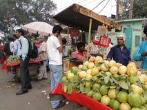 Les hommes indiens vendent le fruit Images libres de droits
