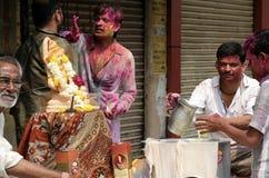 Les hommes indous célèbrent Holi, ou festival de couleurs, festival annuel Images stock