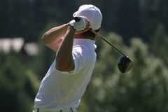 Les hommes jouent au golf l'oscillation Photos stock