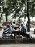 Les hommes jouent aux échecs en parc Shevchenko - Kyiv - UKRAINE Photographie stock libre de droits