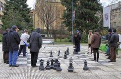 Les hommes jouent des échecs avec les chiffres énormes extérieurs à Sarajevo Photos libres de droits