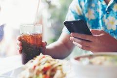 Les hommes jouent la prise de smartphone et de main du clip D mou en verre en café au sujet de images libres de droits