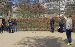 Les hommes jouent le petanque extérieur en parc public, Copenhague Images stock