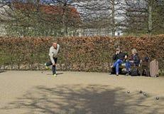 Les hommes jouent le petanque extérieur en parc public, Copenhague Image libre de droits