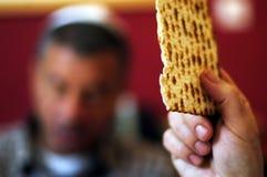 Les hommes juifs bénit sur le Matzah Photographie stock libre de droits