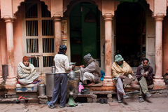 Les hommes lisent des journaux et discutent les actualités sur la rue Images libres de droits