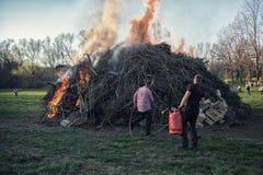 Les hommes mettent à feu avec la flamme de gaz le feu de Pâques, festival de feux selon la vieille tradition allemande à Weimar,  photo stock