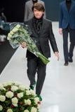 Les hommes modèlent au défilé de mode Valentin Yudashkin dans la semaine de mode de Moscou, le Chute-hiver 2016/2017 Images stock
