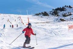 Les hommes montent un telemark en Sunny Day en Grandvalira Ski Station en Andorre photos libres de droits